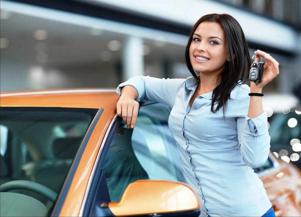 Девушка, желтый автомобиль, ключи